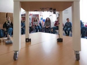 Schülerinnen und Schüler bei der Präsentation ihres autonomen Tischs für Rollstuhlfahrer