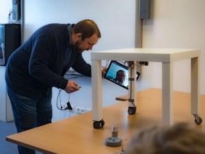 erminas-Mitarbeiter Boris Crismancich mit der remote zugeschalteten Rollstuhlfahrerin