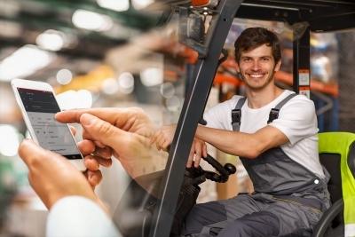 Glücklicher Gabelstapler-Fahrer dank Truck Call App