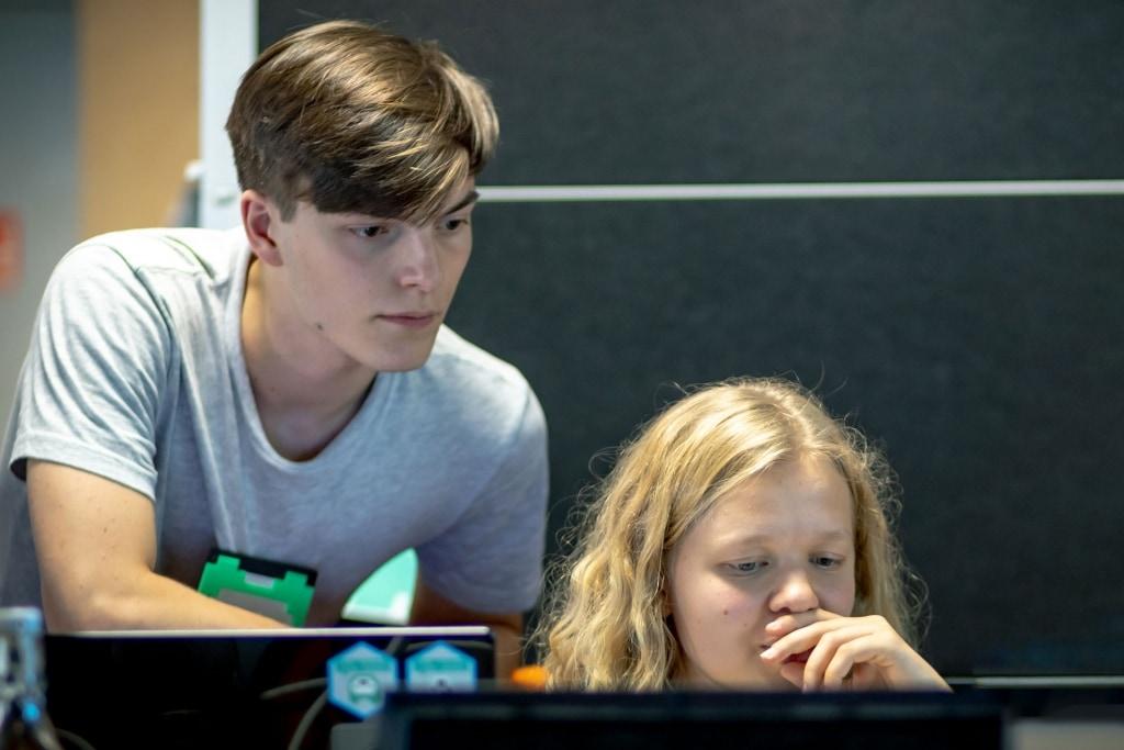 Junge Entwickler bei einem Jugend-Hackathon der Open Knowledge Foundation. Foto: Sandra Schink/Jugend hackt 2019